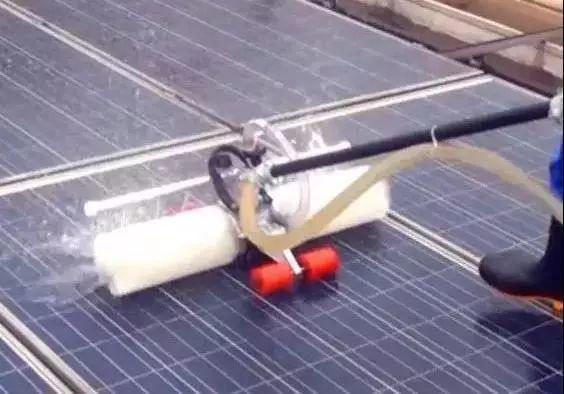 这样清扫光伏电站灰尘,能发更多电!