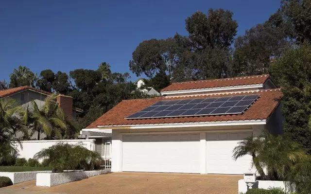 屋顶安装光伏电站,不仅是起到一个隔热降温,美观的效果,还能够创造绿色收益,给自家的屋顶保值!